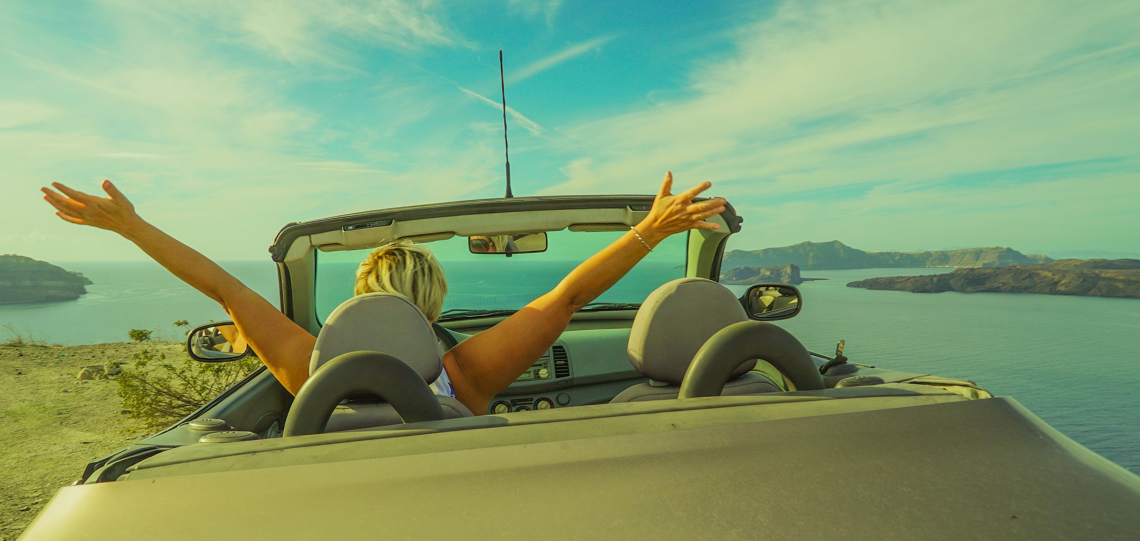 Inspirasjon- Iisa sitter i sin cabriolet med armene til værs og ser utover havet